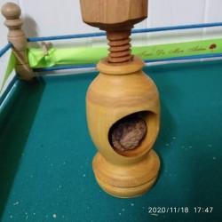 Casse noix sur pied